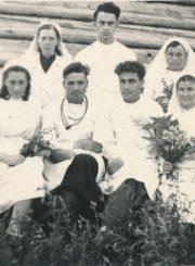 Algirdas Neveravičius tremtyje su Algatujaus kaimo ambulatorijos darbuotojais. Algatujus (Tulūno r., Irkutsko sr.). 1949–1957 m. 2-oje eilėje iš kairės 3-as: A. Neveravičius. Panevėžio apskrities Gabrielės Petkevičaitės-Bitės viešoji biblioteka, Algirdo Neveravičiaus fondas F143-604