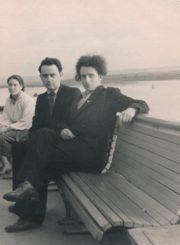 Algirdas Neveravičius su broliu Tadu prie Angaros upės Irkutske (Rusija). 1957 m. Iš kairės: A. Neveravičius, T. Neveravičius. Panevėžio apskrities Gabrielės Petkevičaitės-Bitės viešoji biblioteka, Algirdo Neveravičiaus fondas F143-533