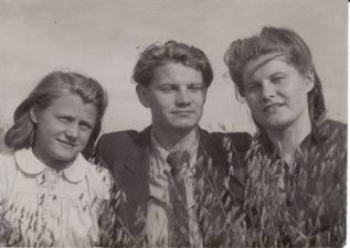 Vaclovas Blėdis su seserimis Julija ir Gene. Kubiliūnai (Radviliškio r.), 1942 m. Fotogr. Kazimiero Vitkaus. PAVB FJM-1024/1