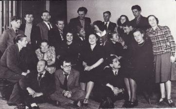 Kauno Darbo rūmų studija, 1938 m. Pirmoje eilėje, iš kairės – dailininkas Liudas Vilimas, režisierius Juozas Miltinis, antroje eilėje, viduryje – aktorė Jadvyga Matulytė, trečioje eilėje, iš kairės aktoriai, pirmas – Vaclovas Blėdis, ketvirtas – Jonas Alekna, šeštas – Vladas Kazakevičius, aštuntas – Bronius Babkauskas. PAVB FKV-441/2