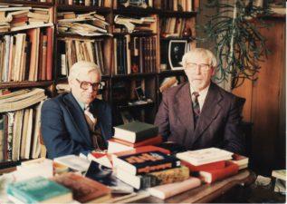 Juozas Miltinis savo bibliotekoje su Vaclovu Blėdžiu (kairėje). Fotogr. Antano Gylio. PAVB FJM-1018/16