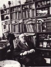 Juozas Miltinis savo bibliotekoje su Vaclovu Blėdžiu (kairėje). Fotogr. Antano Gylio. PAVB FJM-1018/17