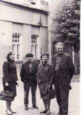 Aktoriai Regina Zdanavičiūtė, Vaclovas Blėdis, Henrika Hokušaitė, Kazimieras Vitkus prie senojo teatro. PAVB FKV-435/8