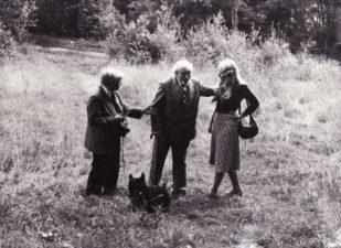 Aktorius Vaclovas Blėdis, režisierius Juozas Miltinis, žurnalistė Vida Bielskytė. Apie 1984 m. Fotogr. Anatno Gylio. PAVB FJM-1016/12