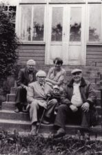 Nijolė ir Vaclovas Blėdžiai su sūneliu Leonu ir Juozu Miltiniu Spitrėnuose (Utenos r.). 1984 m. PAVB FJM-879/1