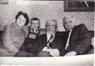 Nijolės ir Vaclovo Blėdžių šeima savo namuose su Juozu Miltiniu. 1985 m. Fotogr. Stasio Povilaičio. FJM-879/3