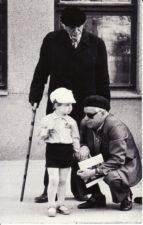 Juozas Miltinis su Vaclovu Blėdžiu ir jo sūneliu Leonu. Apie 1986 m. PAVB FJM-881/1