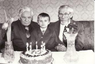 Vaclovas Blėdis, Leonas Blėdis, švenčiantis 10 metų sukaktį, ir Juozas Miltinis. 1993 kovas. PAVB FJM-881/4