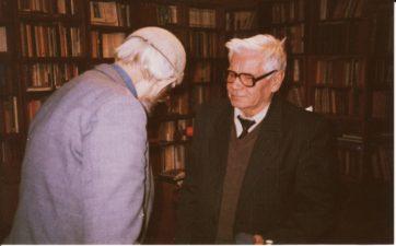 Juozas Miltinis savo bibliotekoje su Vaclovu Blėdžiu. Apie 1992 m. PAVB FJM-873/1