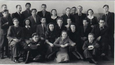 Aktorių kolektyvas tik atvykus į Panevėžį. Vaclovas Blėdis – stovi pirmas iš kairės. Apie 1940–1943 m. PAVB FJM-1019/6