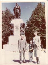 Nijolė ir Vaclovas Blėdžiai su sūnumi Leonu Kaune, prie Vytauto Didžiojo paminklo. Apie 1990 m. PAVB FJM-879/4