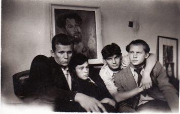 Aktorių name Puzino g. Iš kairės: aktoriai Kazimieras Vitkus, Donatas Banionis, Vaclovas Blėdis, Stasys Paska. Panevėžys, 1941 m. PAVB FKV-447/48