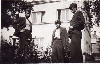 Kazimieras Vitkus, Vaclovas Blėdis ir Donatas Banionis Panevėžyje, Puzino gatvėje, sodelyje prie bendrabučio. 1941 m. PAVB FKV-441/7