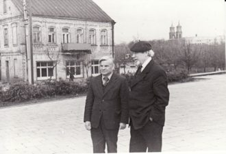 Vaclovas Blėdis ir Juozas Miltinis Lenino a. (dabar Laisvės a.), priešais teatrą. Fotogr. Kazimiero Vitkaus. PAVB FJM-1018/3