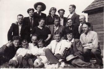 1942 metų vasaros pavakarys Kubiliūnuose. Vaclovas Blėdis – trečioje eilėje, pirmas iš kairės. PAVB FJM-1023/1