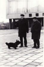 Juozas Miltinis ir Vaclovas Blėdis su šuneliu Arieliu prie teatro. PAVB FJM-1016/11