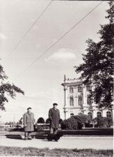 Vaclovas Blėdis ir Juozas Miltinis su šuneliu Arieliu Leningrade (Sankt-Peterburge), gastrolių metu. 1976 m. Fotogr. Edvardo Koriznos. PAVB FJM-1016/14