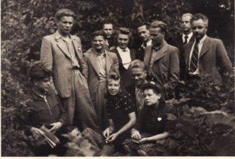 Aktorių kolektyvas, apie 1945 m. Pirmoje eilėje iš kairės: pirmas – Donatas Banionis, ketvirtas – Vytautas Karka, penkta – Ona Konkulevičiūtė, antroje eilėje iš kairės: Kazimieras Vitkus, Vaclovas Blėdis, Stasė Breivaitė, Gediminas Karka. Kiti asmenys neatpažinti. PAVB FKV-440/19