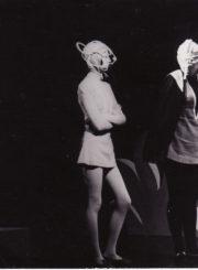 """F. Saltenas """"Bembis"""" (rež. Vaclovas Blėdis), 1977 m. Eleonora Koriznaitė – Voveraitė, Loreta Jasikevičiūtė – Motina, Genovaitė Gustytė – Šarka. Fotogr. Kazimiero Vitkaus. PAVB FKV-215/1-18"""