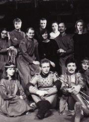 """J. Grušas """"Mykolas Glinskis"""" (rež. Julius Dautartas), 1985 m. Po spektaklio. Antroje eilėje: Alfredas Dukšta – Prutenis, žymus bajoras, Albinas Kėleris – Bajoras, Ligita Kondrotaitė – Viešnia, Vytautas Kupšys – Bajoras, Julius Tamošiūnas – Bajoras, Aurimas Babkauskas, (?), (?), Enrikas Kačinskas – Bajoras, Laura Lolita Martinonytė – Agnė, Glinskio žmona, Laimutis Sėdžius – Damazas Dargis, karingas bajoras. Pirmoje eilėje: Asta Preidytė – Aurelija, Glinskio sužadėtinė, Rimantas Jovas – Aleksandras, Lenkijos karalius ir Lietuvos didysis kunigaikštis, Eleonora Koriznaitė – Viešnia, Rimantas Teresas – Teisėjas, Gintaras Adomaitis – Mykolas Glinskis, Vilmira Šamparaitė – Viešnia, Laimutė Mališauskaitė – Viešnia. Fotogr. Kazimiero Vitkaus. PAVB FKV-246/2-2"""