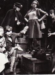 """N. Pogodinas """"Aristokratai"""" (rež. G. Černiauskas), 1987 m. Eleonora Koriznaitė – Ninka, Rima Šataitė – Sonia, Henrika Hokušaitė – Sadovskio motina, Danutė Vidugirytė – Tatuiruotoji, Laima Mališauskaitė – Dama-Niurka. Fotogr. Kazimiero Vitkaus. PAVB FKV-256/1-54"""
