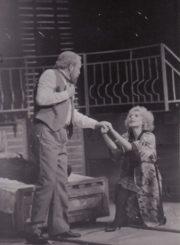 """E. de Filippo """"Cilindras"""" (rež. Julius Dautartas), 1991 m. Alfredas Dukšta – Atilijus, Eleonora Koriznaitė – Rita. Fotogr. Kazimiero Vitkaus. PAVB FKV-272/9-1"""
