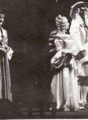 """Molière'as """"Miestelėnas – bajoras"""" (rež. Rimantas Teresas), 1992 m. Regina Kairytė – Nikolė, pono Žurdeno tarnaitė, Eleonora Koriznaitė – Liucilė, pono Žurdeno duktė, Robertas Zimblys – Kleontas, vaikinas, įsimylėjęs Liucilę. Fotogr. Kazimiero Vitkaus. PAVB FKV-278/1-19"""