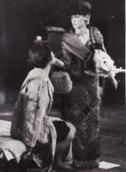 """K. Sokolovas """"Liūdna karvė ir švelnusis jautis"""" (rež. Peteris Stoičevas), 1993 m. Marytė Maslauskaitė – Ji, Jo žmona, teatre nebedirbanti aktorė, Eleonora Koriznaitė – Jos motinos dvasia. Fotogr. Kazimiero Vitkaus. PAVB FKV-281/2-1"""