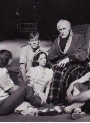 """R. Bradbury """"Pienių vynas"""" (rež. G. Karlaitė), 1985 m. Scena iš spektaklio. Viduryje Eleonora Koriznaitė – Džeinė. Fotogr. Kazimiero Vitkaus. PAVB FKV-245/1-14"""