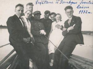 Mokytojas Bronislovas Žiaunys (kairėje) su kolegomis laivu grįžta iš Joninių šventės ant Rambyno kalno. 1932 m.  Panevėžio apskrities Gabrielės Petkevičaitės-Bitės viešoji biblioteka, Vytauto ir Silvijos Vilkončių šeimos fondas F154-221