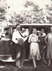 Pedagogo, muziko Mykolo Karkos šeima ir pedagogo, dailininko Prano Giedravičiaus šeima pakeliui į pajūrį. 1930 m. Panevėžio apskrities Gabrielės Petkevičaitės-Bitės viešoji biblioteka, Mykolo Karkos fondas F12-249