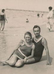 Mokytojai Julija ir Petras Rapšiai Palangos paplūdimyje. 1930.07.28. Panevėžio apskrities Gabrielės Petkevičaitės-Bitės viešoji biblioteka, Laimos Rapšytės fondas F70-525-1