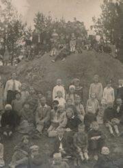 Panevėžio pradžios mokyklos Nr. 1 bei kitų miesto mokyklų bendra moksleivių ir pedagogų išvyka į Anykščių kraštą. Išvykos dalyviai prie Puntuko akmens. 1931 m. Panevėžio apskrities Gabrielės Petkevičaitės-Bitės viešoji biblioteka, Pavienių rankraščių fondas F8-637