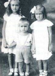 """Iš kairės: Danutė, Antanukas ir Laimutė Barisai. [Panevėžys]. Apie 1935 m. // Savanorio Juozo Bariso šeimos šviesa / Lietuvos moterų lygos Panevėžio skyrius, Panevėžio kraštiečių klubas """"Tėviškė""""; [sudarytojos Liudvika Knizikevičienė, Stasė Mikeliūnienė]. - Panevėžys, 2016, p. 87"""