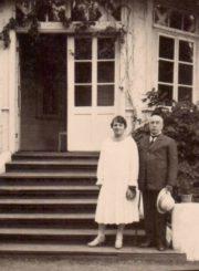 """Panevėžio notaras Jonas Moigis su žmona Karolina prie vilos """"Jūratė"""" Palangoje. 1929 m. Panevėžio apskrities Gabrielės Petkevičaitės-Bitės viešoji biblioteka, Irenos Moigytės fondas F96-339"""