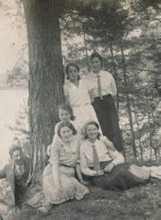 Panevėžio pradžios mokyklos Nr. 1 bei kitų miesto mokyklų bendra moksleivių ir pedagogų išvyka į Anykščių kraštą. Grupė mokytojų, įsiamžinusi prie Šventosios krantų. Sėdi 1-oje eilėje dešinėje: V. Januškevičiūtė; 2-oje eilėje dešinėje: K. Danilavičiūtė; kairėje: Povilas Daukas; stovi dešinėje: Veronika Kalendaitė-Būtėnienė. 1931 m. Panevėžio apskrities Gabrielės Petkevičaitės-Bitės viešoji biblioteka, Pavienių rankraščių fondas F8-637