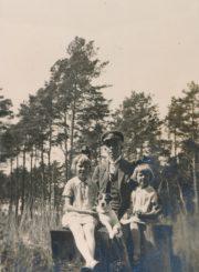 Miškininkas, Berčiūnų kurorto direktorius Jonas Kasperavičius su dukromis Berčiūnų pušyne. XX a. 4 deš. Panevėžio apskrities Gabrielės Petkevičaitės-Bitės viešoji biblioteka, Chodakauskų šeimos fondas F118