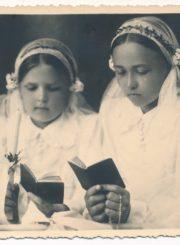 Seserys Laimutė (kairėje) ir Danutė Barisaitės Pirmosios Komunijos dieną. Fotogr. J. Žitkaus.[Panevėžys]. 1939 m. Panevėžio apskrities Gabrielės Petkevičaitės-Bitės viešoji biblioteka, Laimos Sofijos Barisaitės fondas F155