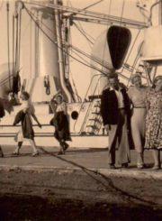 Mokytoja Aleksandra Šilgalytė (priekyje, 2-a iš kairės) su bičiuliais Šventosios uoste. 1939 m. Panevėžio apskrities Gabrielės Petkevičaitės-Bitės viešoji biblioteka, Aleksandros Šilgalytės fondas F80-567