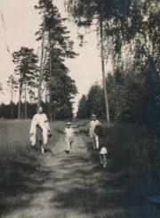 Miškininko, Berčiūnų kurorto direktoriaus Jono Kasperavičiaus žmona su dukromis Berčiūnuose. XX a. 4 deš. Panevėžio apskrities Gabrielės Petkevičaitės-Bitės viešoji biblioteka, Chodakauskų šeimos fondas F118