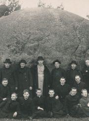 Panevėžio vyskupas Kazimieras Paltarokas su lydinčiaisiais dvasininkais ir kitais asmenimis prie Puntuko akmens. Fotogr. I. Melniko. 1930 m. Panevėžio apskrities Gabrielės Petkevičaitės-Bitės viešosios bibliotekos skaitmeninis archyvas, kopija iš Kristupo Šidlausko asmeninio archyvo