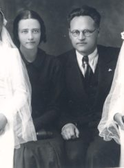 Sofija ir Juozas Barisai dukterų Danutės ir Laimutės (dešinėje) Pirmosios Komunijos dieną. [Panevėžys]. 1939 m. Panevėžio apskrities Gabrielės Petkevičaitės-Bitės skaitmeninis archyvas, kopija iš Barisų šeimos archyvo
