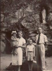 Pedagogų Petro ir Julijos Rapšių šeima prie Lurdo grotos Birutės kalno šlaite. Palanga. Panevėžio apskrities Gabrielės Petkevičaitės-Bitės viešoji biblioteka, Laimos Rapšytės fondas F70-541