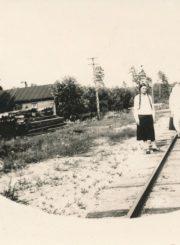 Berčiūnų kurorto poilsiautojos ant geležinkelio bėgių. [Berčiūnai]. XX a. 4 deš. Panevėžio apskrities Gabrielės Petkevičaitės-Bitės viešoji biblioteka, Chodakauskų šeimos fondas F118