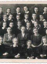 Panevėžio mergaičių gimnazijos moksleivės su pedagogėmis. 2-oje eilėje iš dešinės: 1-a Laima Sofija Barisaitė, 2-a mokytoja Veronika Šataitė, 3-ia mokytoja Irena Moigytė, 4-a dir. Marija Muralytė, 5-a mokytoja Marija Okuličienė. XX a. 5 deš. pr. Panevėžio apskrities Gabrielės Petkevičaitės-Bitės viešoji biblioteka, Laimos Sofijos Barisaitės fondas F155