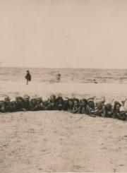 Mokytojų vasaros sporto kursų dalyvės pajūryje. Palanga. 1930 m. Panevėžio apskrities Gabrielės Petkevičaitės-Bitės viešoji biblioteka, Aleksandros Šilgalytės fondas F80-554-1
