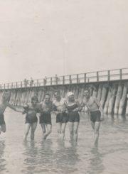 Mokytojas Bronislovas Žiaunys (iš kairės 3-ias) su draugais prie Palangos tilto. 1934 m. Panevėžio apskrities Gabrielės Petkevičaitės-Bitės viešoji biblioteka, Vytauto ir Silvijos Vilkončių fondas F154-231