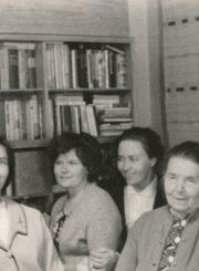 Su artimaisiais. Iš kairės: Ona Sedelskytė, Ona Barisaitė, Laima Sofija Barisaitė, Danutė Barisaitė su močiute Uršule Stalioniene ir teta Anastazija Barisaite. Vilnius. Apie 1960 m. Panevėžio apskrities Gabrielės Petkevičaitės-Bitės viešoji biblioteka, Laimos Sofijos Barisaitės fondas F155