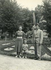 Pedagogai Motiejus ir Petronėlė Lukšiai su dukra Nijole atostogauja Birštone. 1937 m. Panevėžio apskrities Gabrielės Petkevičaitės-Bitės viešoji biblioteka, Motiejaus Lukšio fondas F68-363