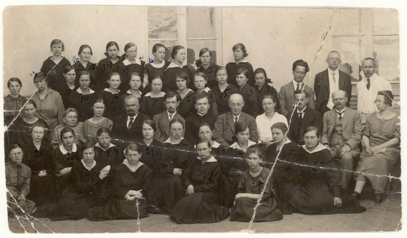 Panevėžio valstybinės gimnazijos VII klasės moksleivės su pedagogais. Mokytojų eilėje 2-a iš kairės Gabrielė Petkevičaitė-Bitė, Marija Giedraitienė, Jonas Yčas, Matas Grigonis, Juozapas Ruškys, Julijonas Lindė-Dobilas, F. Neimanytė, H. Huberas, Karolis Kliuksinas, Lichšteinienė; 3-ioje eilėje iš dešinės: Juozas Zikaras, Venantas Morkūnas, Jonas Sokolovas. Panevėžys, 1924.06.13. PAVB F35-43
